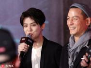 鹿晗吴彦祖男神同框秀球技 互赞彼此敬业又帅气!
