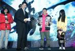 """2月20日,电影《驯龙高手3》在京举行首映礼暨发布会。电影中文配音刘昊然现身。除了与影迷在红毯上亲密互动,发布会上还透露自己在观看第一部电影时,还是个刚来北京上学的初中生。而如今随着小嗝嗝与无牙仔一同成长,到第三部连无牙仔都有了女朋友。说到这里时,引来台下粉?#30475;蠼小?#19981;行"""",更有粉丝高喊""""你的女朋友是我!"""""""
