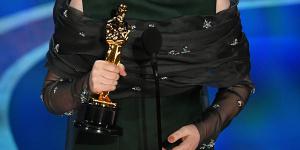 奧利維亞·科爾曼獲最佳少女主 與LadyGaga互獻飛吻
