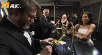 奥斯卡颁奖礼结束后 获奖者排队等待安装人名条超激动