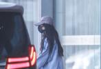 3月6日,杨幂现身首都机场,装扮服饰与前日现身香港时一致。从机场出来后,杨幂步履匆匆乘保姆车离开。