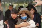 3月11日下午,有媒体拍到赵丽颖产后在冯绍峰陪同下出院的照片。照片中,初为人父的冯绍峰对老婆照顾有加,一路牵着赵丽颖走在前面开路。新手妈妈全副武装,但面色红润,气色状态相当不错。宝宝则裹着白色毛毯由家人抱着,一家人十分有爱。
