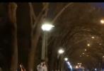3月11日,北京电影学院开学,一直忙于拍摄新作《749局》的王俊凯现身学校。一组网友路透照中,王俊凯身穿全套浅色牛仔套装,内搭卫衣,脚踩小白鞋,现身表演系学院门口。王俊凯顺滑的发型,素颜戴着口罩,身形高挑却略显清瘦,大长腿惹人羡慕。虽然是生图路透,但画面却像校园青春片一样养眼。