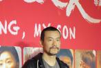 """于第69届柏林国际电影节上一举斩获最佳男、女主角两座""""银熊奖""""的华语片《地久天长》3月12日晚在北京举行首映礼。导演王小帅以""""主人""""的姿态在红毯一一迎接到场观影的圈中好友,曹保平、蒋雯丽、黄渤、姚晨、廖凡、王千源、尚雯婕、包贝尔等先后现身红毯,《地久天长》主演王景春、咏梅、齐溪、杜江等则压轴登场。"""