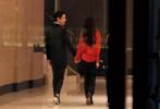 据台媒报道,3月17日,向佐和郭碧婷出现在台北信义区的寒舍艾丽宴会厅。从媒体曝光的宴会现场照来看,身穿红色衬衫的郭碧婷,微卷长发披肩,左手上佩戴的钻戒十分抢眼。