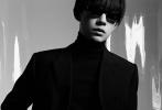 近日,易烊千玺二度登上时尚杂志《T》封面。此次诠释酷黑锅盖头的易烊千玺,大片以墨镜遮面,看不见眼神却充满神秘感,复古摩登的风格被网友热议。