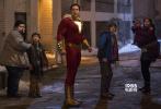 """由华纳兄弟影片公司出品的最新DC超级英雄电影《雷霆沙赞!》即将于4月5日同步北美,登陆全国院线。今日官方曝光""""热血崛起""""版预告,14岁少年喊出""""沙赞""""就能喜提六大神力秒变超级英雄,少年英雄持续热血成长,内在的意志也在不断蜕变,预告中他与超级反派希瓦纳博士上演激烈城市追逐战,更是令人激动不已。正邪终极大战一触即发,英雄养成爆笑过瘾。"""