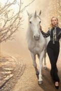 美如希腊女神!索菲·特纳曝《时尚芭莎》梦幻写真