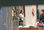 据香港媒体9日消息,日前洪欣带着5岁的女儿张晞彤现身铜锣湾时代广场逛街。当天,洪欣身穿格纹外套,内搭白色针织衫,黑色破洞裤,及肩的短发,看起来休闲又不失时尚。女儿也是一身黑色的运动风穿搭,梳着两个马尾辫十分可爱。