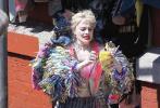 近日,DC超级英雄电影《猛禽小队》流出纽约片场照,饰演小丑女的玛格特·罗比以全新造型现身。她身穿一件粉红色露脐背心和一件高腰超短裤,大腿上密密麻麻地画满了爱心等形状的涂鸦,还外搭了一件色彩斑斓的外套。而此前,玛格特·罗比就已经以其他造型出现在片场,可见这次小丑女的造型十分丰富。