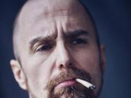 """山姆·洛克威尔最新写真依然""""丧"""" 香烟不离口"""