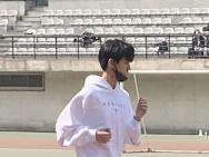 王俊凯现身北电参加体测 手拎水壶模样乖巧接地气