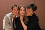 4月13日,艺人上山诗钠分享一组为女儿Hillary庆祝22岁生日的照片,当晚堪称众星云集。晒出的照片中张智霖、袁咏仪也现身,与外甥女Hillary亲密合照。
