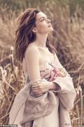 安妮·海瑟薇新寫真親近自然 草叢中樹上皆是秀場