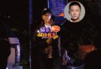 近日,有媒体拍到吴京现身按摩店。当天吴京独自出行,边走边聊手机,但是走路姿势有点奇怪,步伐蹒跚,看来此前的腿伤还没痊愈。