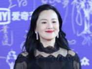 咏梅开启天坛奖重要奖项 黑色透视长裙引人关注