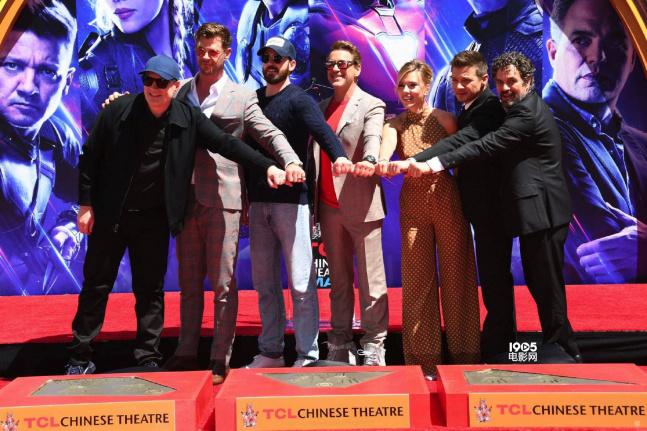 """当地时间4月24日早,漫威影业主席凯文·费奇与复联初代六人(简称""""A6"""")组亮相好莱坞中国剧院,并留下手印。活动现场,钢铁侠摆出他招牌动作,众人十分欢乐。"""