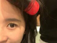 刘亦菲晒头戴发卷搞怪自拍 与友人合影美丽又可爱