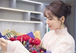 刘涛晒美图向粉丝说情话 穿淡粉长裙手捧玫瑰花
