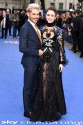 《极端险恶》伦敦首映 莉莉·柯林斯黑纱裙绣爱心