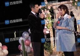 网曝姜潮求婚现场照 孕晚期麦迪娜挺孕肚泪洒现场
