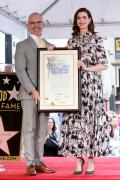安妮·海瑟薇留名好萊塢星光大道 情緒激動落淚!