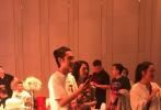 """5月12日,有网友拍到张丹峰、洪欣夫妇合体参加婚礼的照片,并发文表示:""""洪欣跟张丹峰回老家哈尔滨,今日一起出席了张丹峰的亲友的婚宴!他们还合唱了《生命中的每一天》送给新人。"""""""