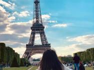 周杰伦晒女儿背影照 埃菲尔铁塔频入镜引网友猜测