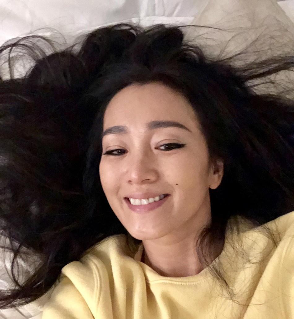 巩俐晒床上自拍照笑容灿烂 与红毯上不一样的美