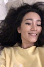 鞏俐曬床上自拍照笑容燦爛 與紅毯上纷歧樣的美麗
