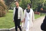 5月15日,李亚鹏通过微博发文,官宣新恋情表示:对方不是此前网传的企业家,也没有500亿,只是一位偶尔喜欢唱唱爵士的文字工作者。稍晚,有网友晒出了一段早前街头偶遇李亚鹏女友的视频。