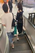 重归于好?洪欣张丹峰牵女儿逛街 风波后频被偶遇
