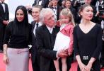 今日首映的两部主竞赛影片皆出自戛纳老面孔:《年轻的阿迈德》由达内兄弟执导,这是他们第八次入围主竞赛;伊莎贝尔·于佩尔则以主演新片《弗兰琪》再度冲击最佳女演员奖,但两部影片在放映后媒体反响都不大,反倒是昆汀·塔伦蒂诺的一封信在场外掀起了波澜。