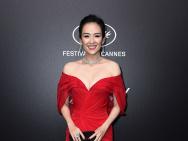 章子怡生图颜值逆天 身着正红抹胸礼服超霸气!