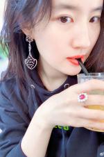 劉亦菲自拍紅唇白膚氣質恬靜 輕咬吸管超貌美