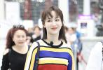 6月5日凌晨,杨紫现身北京首都国际机场。她身穿彩色条纹上衣,搭配黑色裤腿长裤;精致妆容不失甜美,活力十足。杨紫的爱犬当晚也现身机场,为主人送机,画面十分暖心有爱。