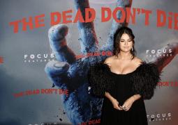 《喪尸未逝》紐約首映禮 傻臉賽琳娜秀傲人上圍