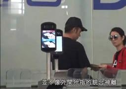 洪欣张丹峰带女儿美国度假 夫妻二人机场有说有笑