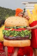 汉堡和薯条锁逝世! 霉霉晒与生果姐合照密切相拥