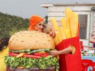 汉堡和薯条锁死! 霉霉晒与水果姐合照亲密相拥