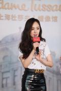 """杨幂现身上海为蜡像揭幕 被侃撞脸""""大年夜头儿子"""""""