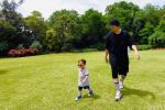 周杰伦和儿子同框花园散步 同戴墨镜步伐都一致