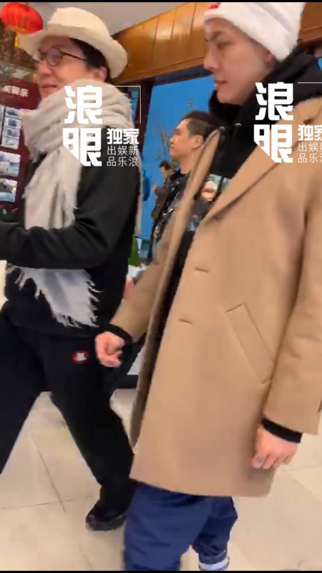 新浪娱乐独家获悉成龙[微博]、陈伟霆[微博]将相助歌曲