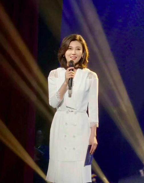 41岁央视主播李红现身某节目,举止端庄气质佳,淡妆甜美平易近人