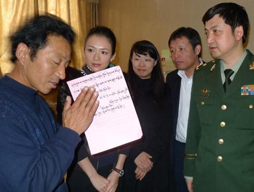 卓玛的父亲双手合十感谢医院和政府的关爱