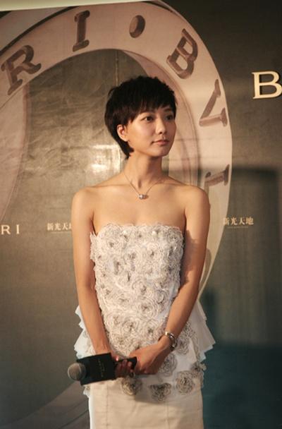 青春可爱的她当天一袭白色小礼服现身,清爽的短发搭配闪亮珠宝,让她在