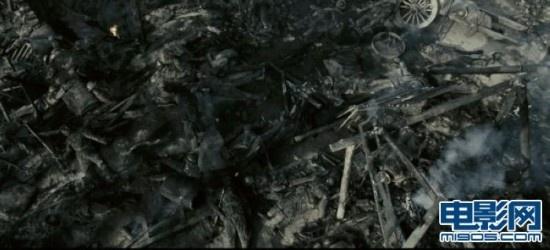 """2010暑期唯一战争巨制《喋血孤城》发布首批高清剧照,硝烟弥漫的战场、火光四起的激烈爆炸、雾气森森的木桩阵、战火之下的大军压境,全景式呈现残酷惨烈的战争场面。袁文康战壕嘶吼,吕良伟举枪坚守城门,将士的英勇抵抗初露端倪。影片《喋血孤城》以1943年发生在湖南常德的一场堪称""""凄绝""""的中日守城对抗战为背景,占全片三分之二的战争场面真实全面地呈现了轰炸战、阵地战、攻城战、刺刀战、巷战、肉搏战等7种不同的战争形态,并首次表现了日军毒气战。震撼视效催人热血沸腾。"""