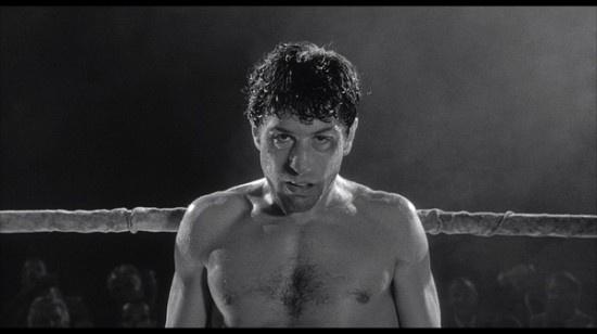 拳击手:杰克·拉莫塔 出处:《愤怒的公牛》 扮演者:罗伯特·德尼罗 本片有意思之处在于,全片仿佛黑白纪录片,但是在拳台之上的时候,血汗横飞的镜头又变得抒情无比,一帧帧影像都变成了对拳击手的礼赞。清白重要,还是荣誉重要,只有深深体会过个中滋味的人才能说清。 杰克·拉莫塔(罗伯特·德尼罗 Robert De Niro 饰)出身于纽约的布鲁克林区。自小便进行拳击训练的杰克很快就在拳击界崭露头角,他因在比赛中出拳迅猛,打击对手毫不留情,表现得就像一头公牛,被