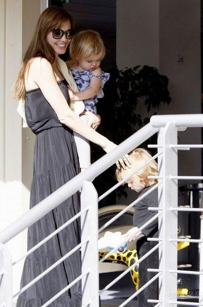 和她的可爱的龙凤胎宝宝