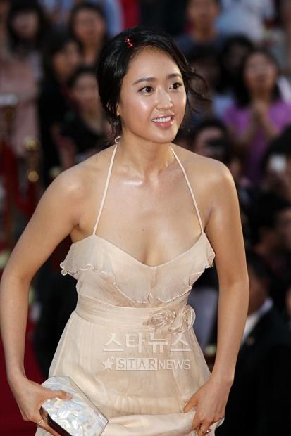 色群视频秀_首尔忠武路电影节惨淡开幕 女星裸色长裙秀美胸